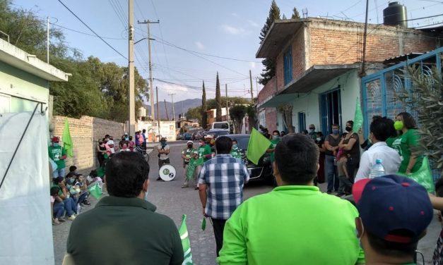 Habitantes de Los Encinos reciben a Arturo Pegueros