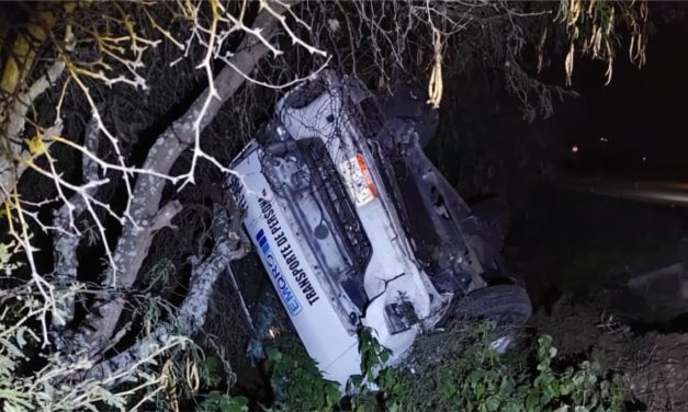 Camioneta de transporte de personal sale de la carretera y deja cuatro heridos