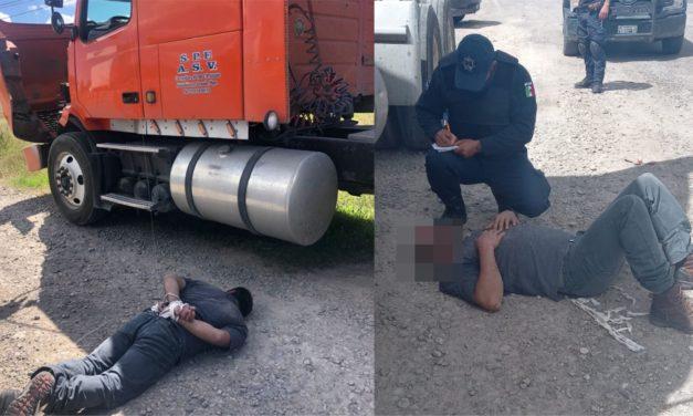 Roban tráiler cargado de aceite comestible; golpean y amarran a conductor